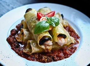 Cannelloni z bakłażanem i krewetkami, na pomidorowym sosie z małżami - ugotuj