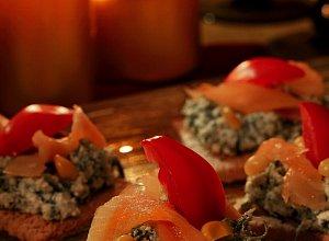 Kanapki na pieczywie chrupkim z pastą serowo-szpinakową i wędzonym łososiem - ugotuj