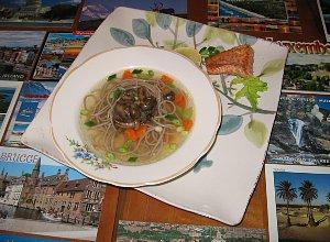 Łososiowy rosół z nutką pieczonego kurczaka i grzybami - ugotuj
