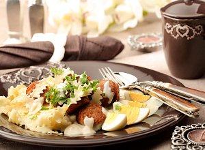 Biała kiełbasa w sosie chrzanowym na wstążce ząbkowanej - ugotuj