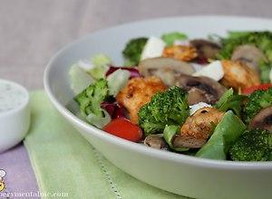 Sałatka z kurczakiem i brokułami - przepis blogera - ugotuj