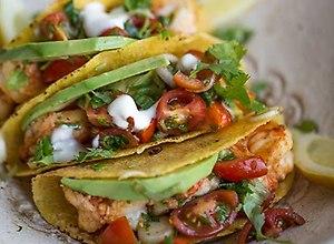 Kukurydziane tacos z grillowanymi krewetkami i salsą pomidorową - ugotuj
