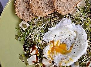 Sałatka z jajkiem w koszulce - ugotuj