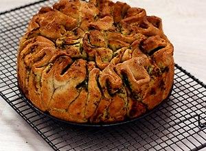Pszenno-razowy chleb do odrywania z masłem ziołowym - ugotuj
