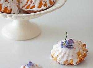 Jogurtowe babeczki z cytrynowym lukrem i fiołkami - ugotuj