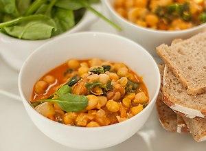 Potrawka z ciecierzycy, z anchois, parmezanem i jarmużem - ugotuj