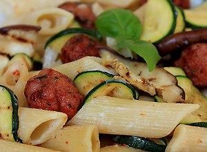 Makaron penne z grillowanymi warzywami i mięsnymi kulkami - przepis blogera - ugotuj