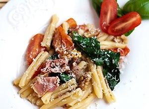 Casarecce ze szpinakiem, szynką parmeńską, pomidorkami cherry i orzechami włoskimi  przepis blogera - ugotuj