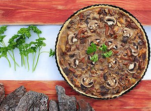 Tarta grzybowa z sosem pieczarkowym - ugotuj