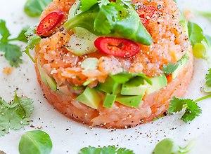 Sałatka z wędzonego łososia z awokado - ugotuj