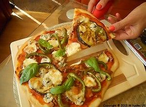 Pizza z tuńczykiem i grillowanym bakłażanem. - ugotuj