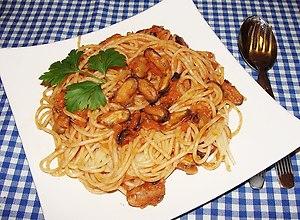Spaghetti  z mulami w sosie winno pomidorowym - ugotuj