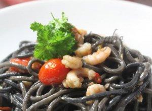 Czarne spaghetti z krewetkami i łososiem