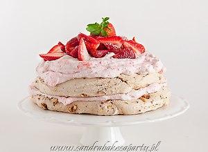 Pralinowy tort bezowy z truskawkami - ugotuj