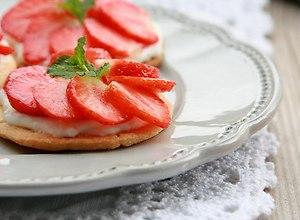 Sablé z kremem marcepanowym i truskawkami  - ugotuj