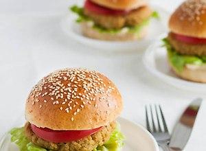 Zdrowe hamburgery z komosą ryżową - przepis blogera - ugotuj