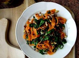 Pomarańczowe  tagliatelle z jarmużem i orzechami włoskimi - przepis blogera - ugotuj