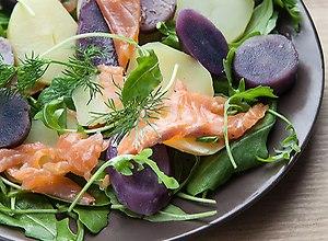 sałatka z fioletowych ziemniaków  truflowych  z łososiem - ugotuj