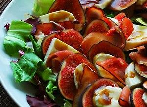 Sałatka figowa z mozarellą, szynką i sosem balsamicznym - przepis bloggera - ugotuj