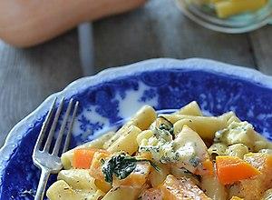 Makaron z dynią i szpinakiem w sosie z sera pleśniowego - przepis blogera - ugotuj