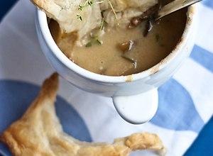 Kremowa zupa z leśnych grzybów zapiekana pod ciastem francuskim  przepis blogera - ugotuj