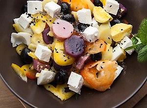 Sałatka z kolorowych ziemniaków z czarnuszką i kozim serem