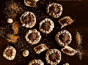 Karmelowe bezy z kremem kawowym