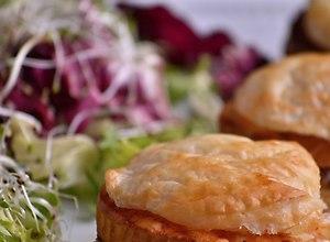 Francuskie hamburgery z oscypkiem, kurczakiem i sosem gruszkowym  - ugotuj
