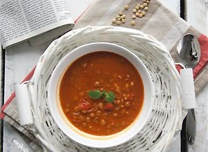 Zupa pomidorowa z soczewicą i masłem orzechowym - przepis blogera - ugotuj
