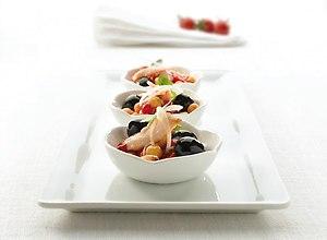 Sałatka z ciecierzycy, papryki i tuńczyka w towarzystwie czarnych hiszpańskich oliwek - ugotuj