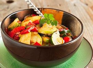 Sałatka z grillowaną cukinią i sosem czosnkowym - ugotuj
